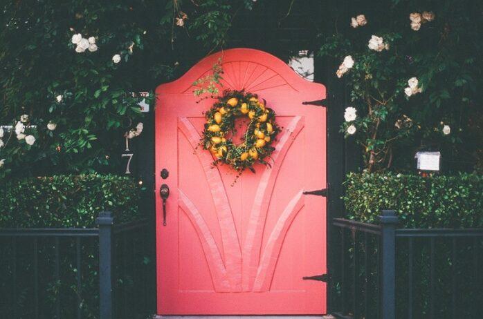 玄関ドアの塗装にかかる料金